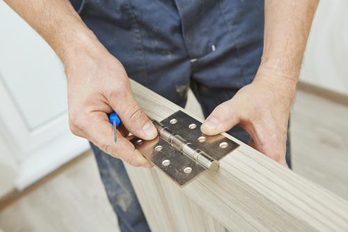 Hướng dẫn chi tiết cách sửa bản lề cửa gỗ